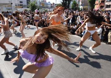 टोकियोमा बिकिनी नृत्य