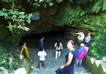 गुफामा रमाउँदै पर्यटक