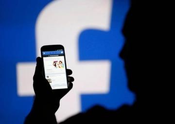 फेसबुकले स्मार्टफोन बनाउँदै
