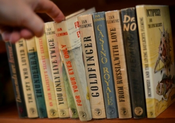 जेम्स बोन्ड लेखकका रंगीन चिठ्ठी