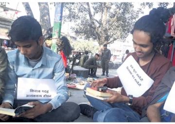 पुस्तकमा कर: विद्यार्थी भन्छन्–'हामीलाई पढ्न देऊ सरकार'